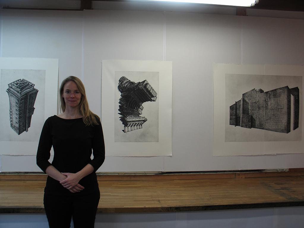 Katrin Graalmann vor ihren Bildern