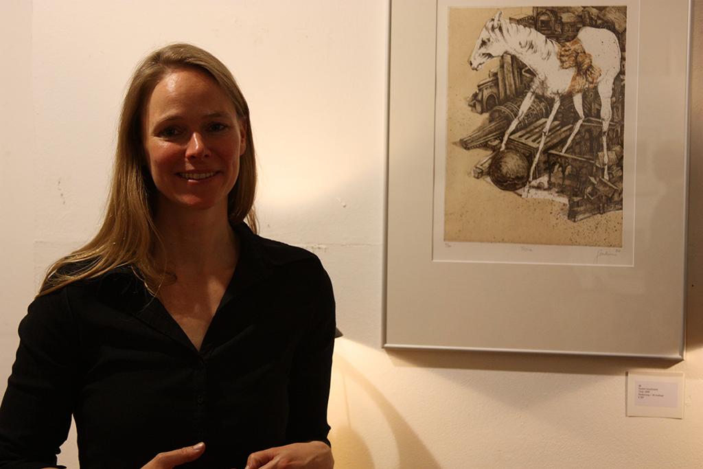 Katrin Graalmann vor dem Bild Troia